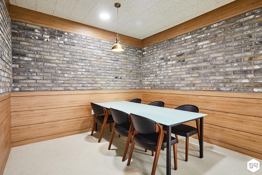 회의실,블랙,내츄럴,펜던트조명,우드,테이블,의자