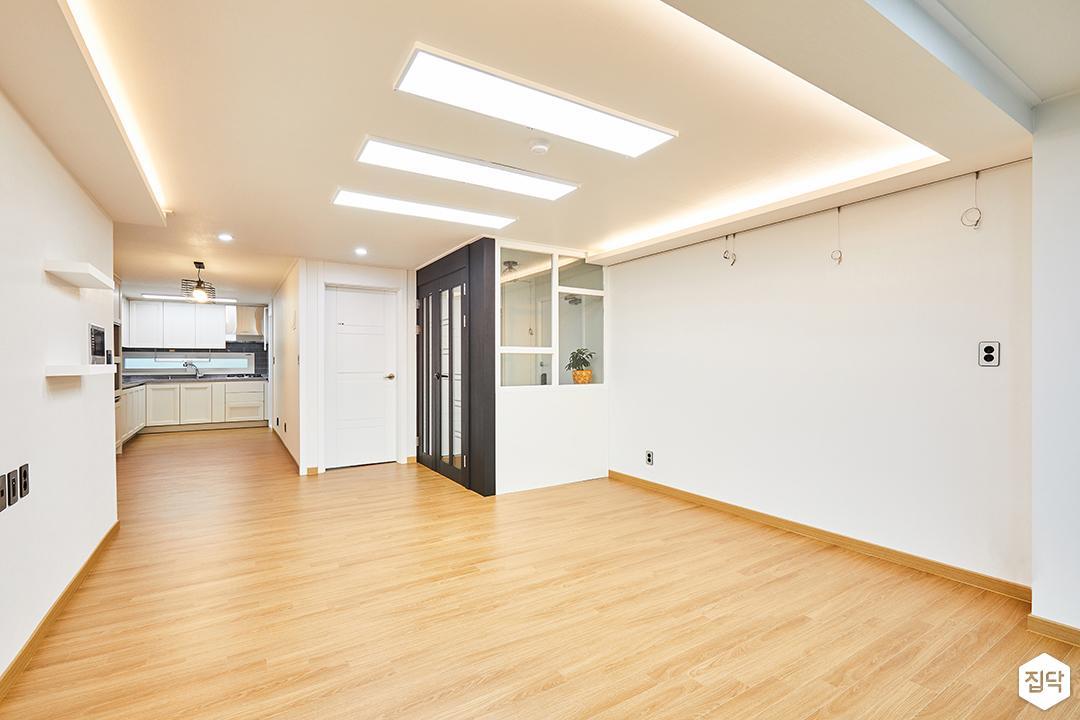 거실,화이트,LED조명,간접조명,슬림엣지조명,무지주선반,유리파티션,심플