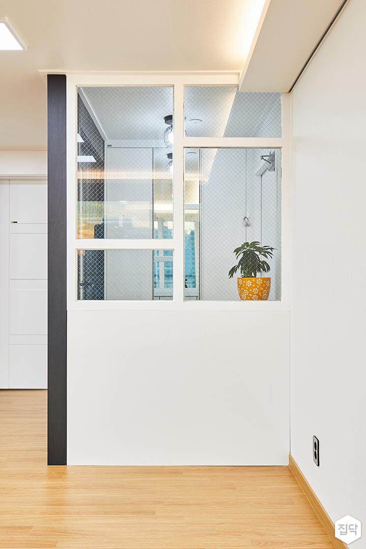 거실,화이트,현관,유리파티션,망입유리,간접조명,블랙,심플