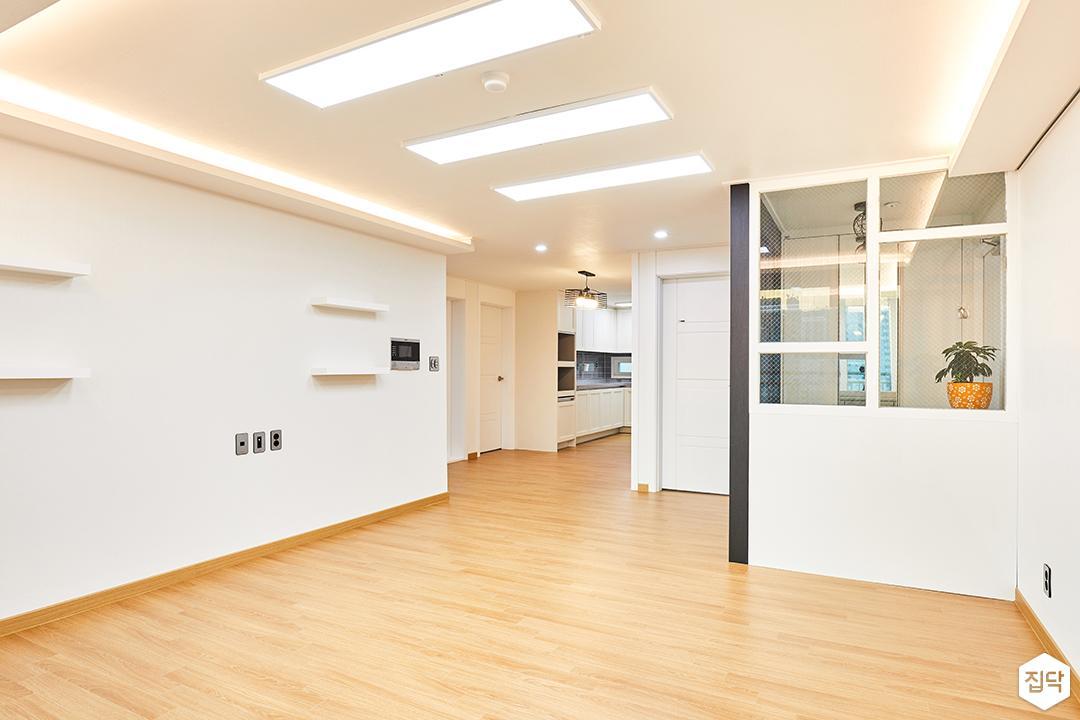 거실,화이트,현관,유리파티션,망입유리,간접조명,심플,LED조명,슬림엣지조명,무지주선반
