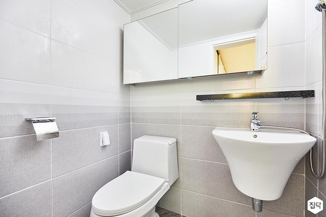 욕실,화이트,그레이,슬라이딩거울장,젠다이,세면대,양변기,간접조명,심플