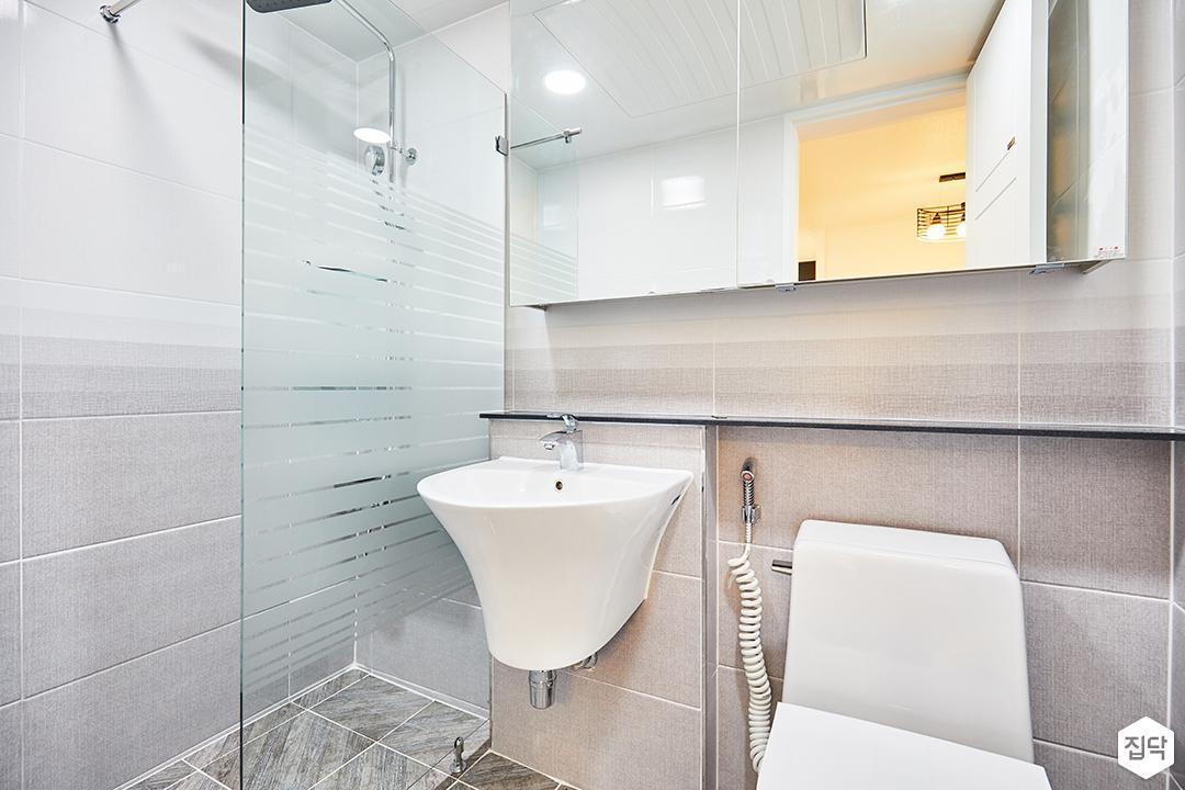 화이트,그레이,심플,욕실,슬라이딩거울장,간접조명,젠다이,세면대,양변기,유리파티션,샤워부스