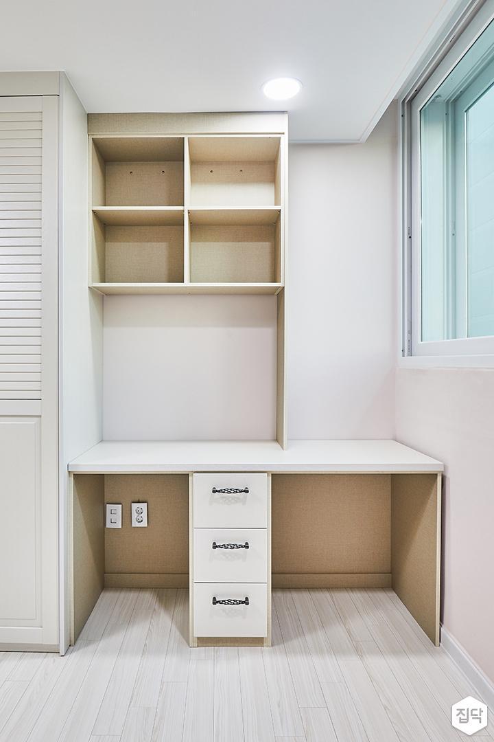 방,화이트,심플,다운라이트조명,책상