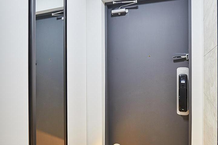 현관,화이트,거울,간접조명,하부띄움,모던,그레이