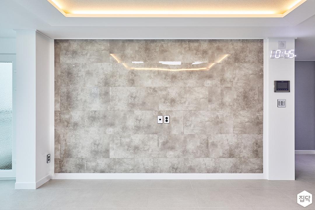 거실,화이트,모던,우물천장,간접조명,벽지,아트월,대리석타일