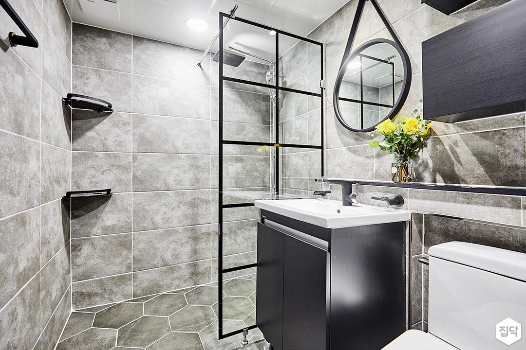 그레이,욕실,모던,유리파티션,세면대,대리석패턴,거울,코너선반