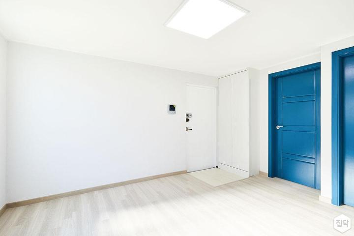거실,화이트,모던,인디고블루,강마루,LED조명