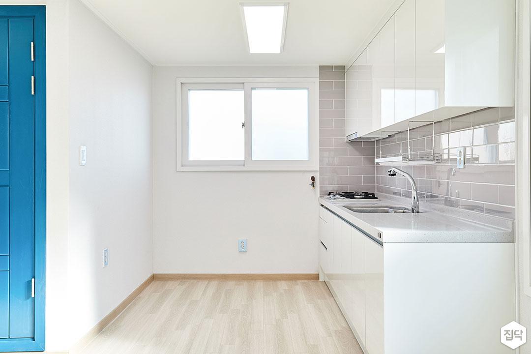 주방,그레이,ㅡ자싱크대,거실,화이트,모던,강마루,LED조명,수납장,인디고블루