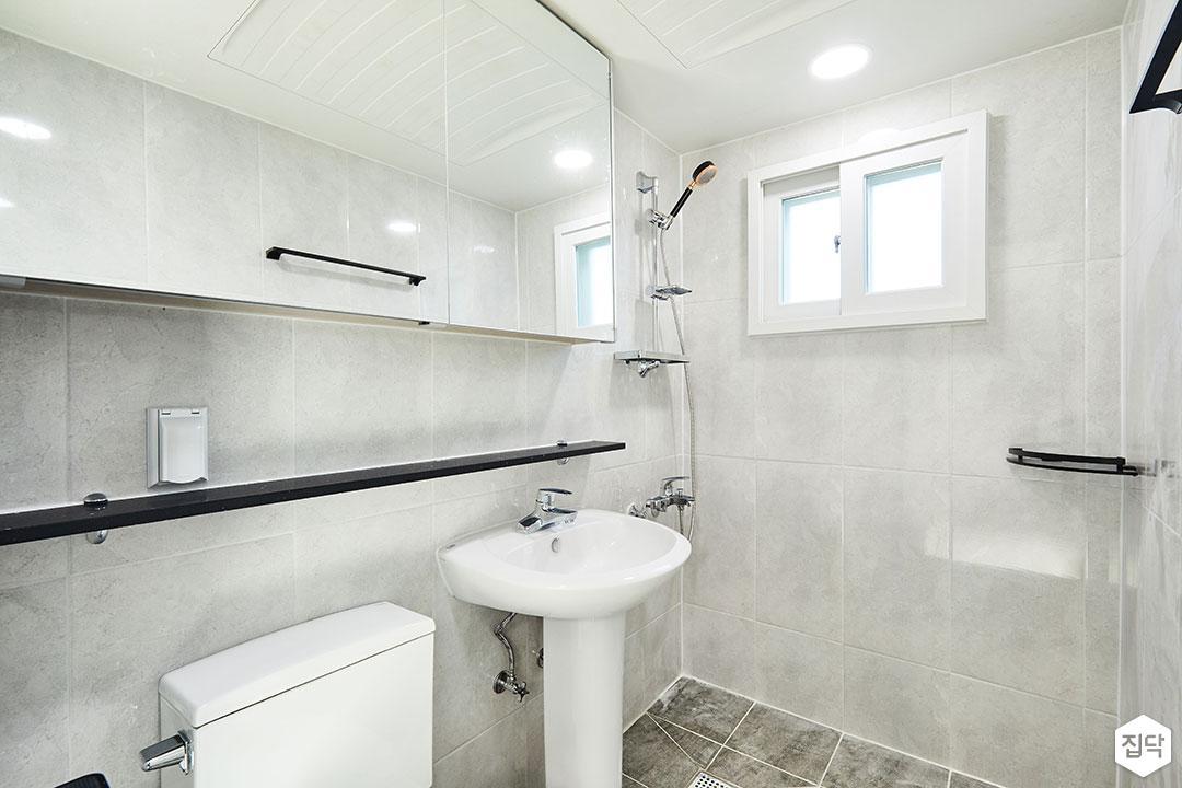 욕실,심플,슬라이딩거울장,양변기,세면대,젠다이,코너선반,마블패턴,모던