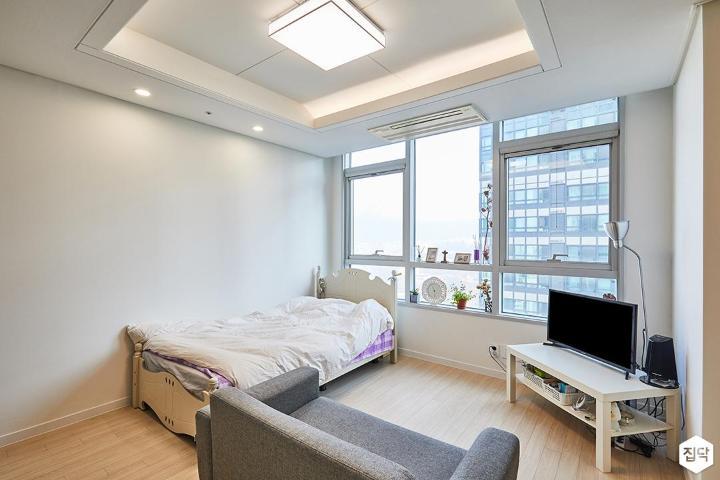 거실,화이트,모던,우물천장,소파,침대,다운라이트조명,간접조명,tv선반,샤시