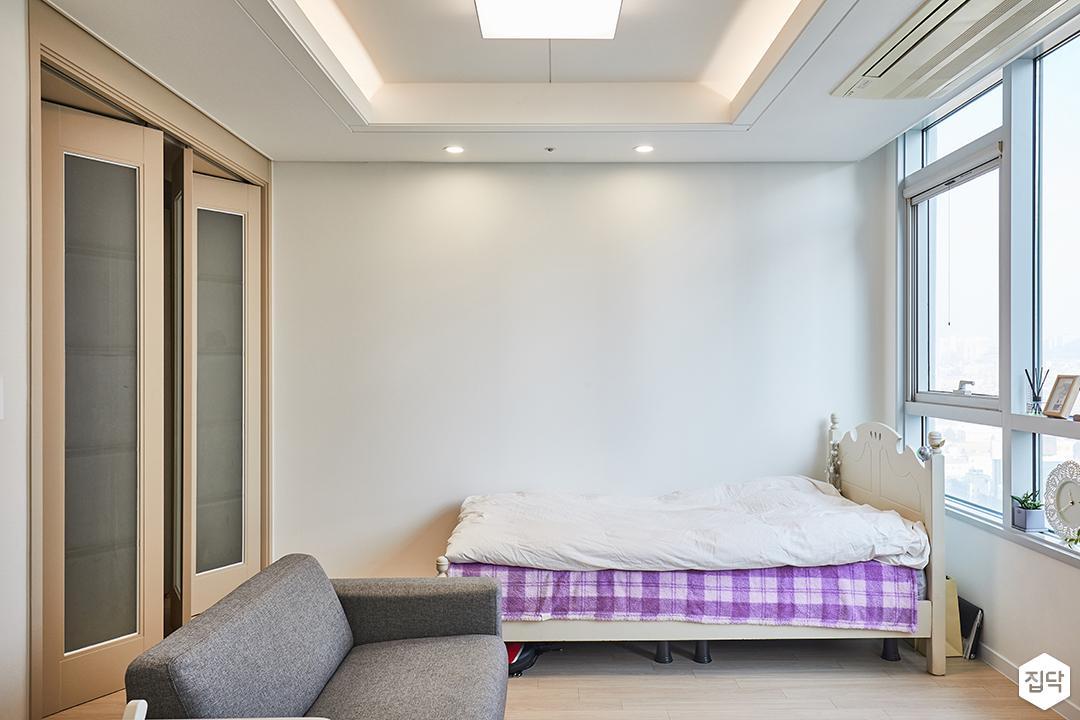 거실,화이트,모던,우물천장,침대,다운라이트조명,간접조명,샤시,붙박이장