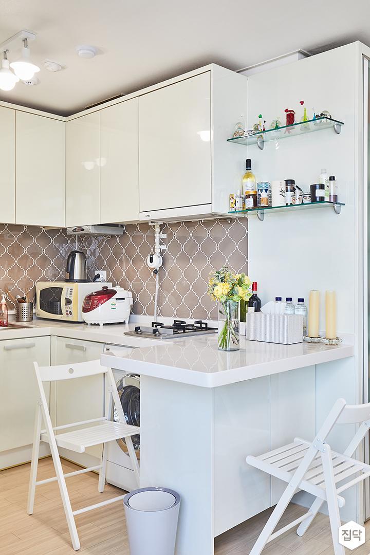 주방,화이트,심플,아일랜드식탁,의자,ㄱ자싱크대,선반,그레이,벽타일