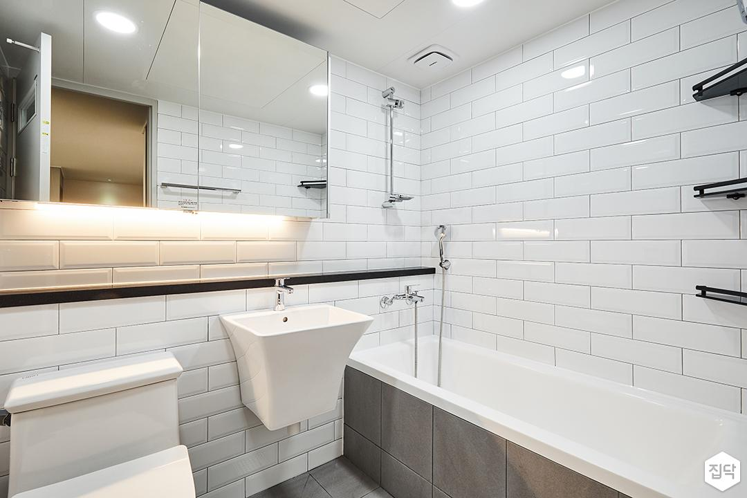욕실,모던,심플,화이트,슬라이딩거울장,양변기,세면대,젠다이,욕조,코너선반,간접조명,서브웨이패턴