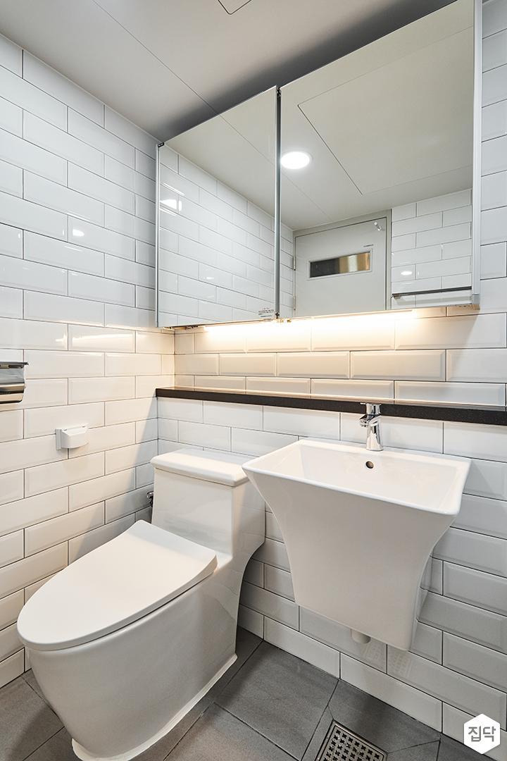욕실,모던,심플,화이트,서브웨이패턴,슬라이딩거울장,젠다이,간접조명,양변기,세면대