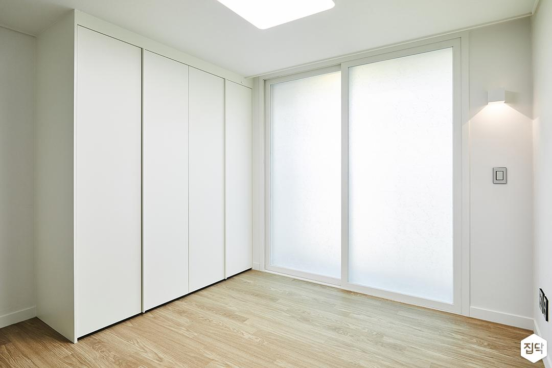 방,모던,심플,화이트,붙박이장,간접조명,강마루