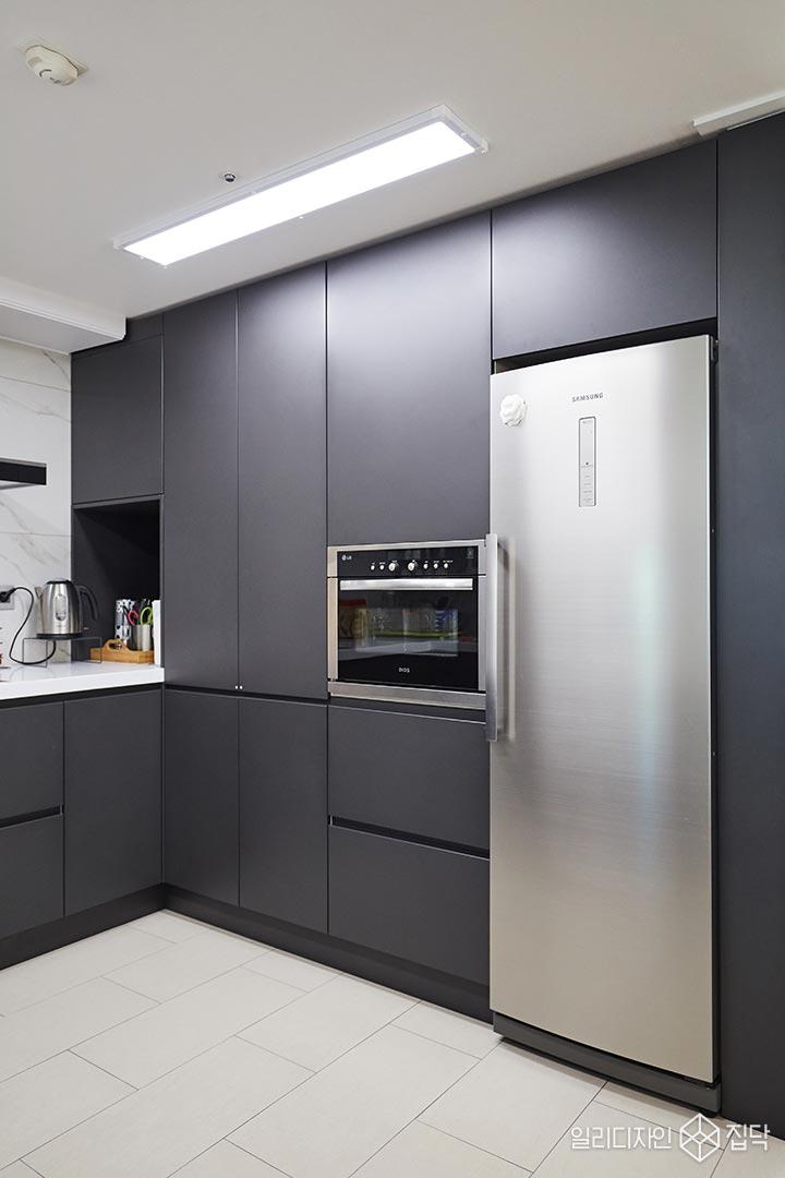 다크그레이,수납공간,주방,LED조명,포세린타일