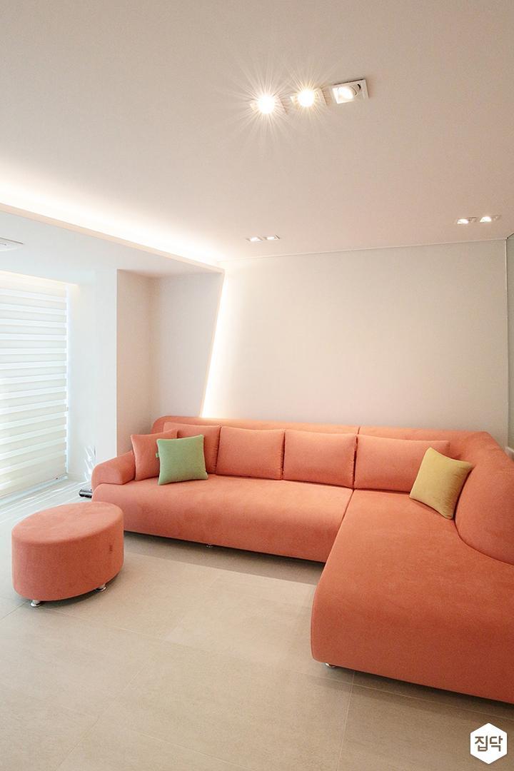 아이보리,화이트,거실,모던,오렌지,간접조명,벽걸이TV,소파