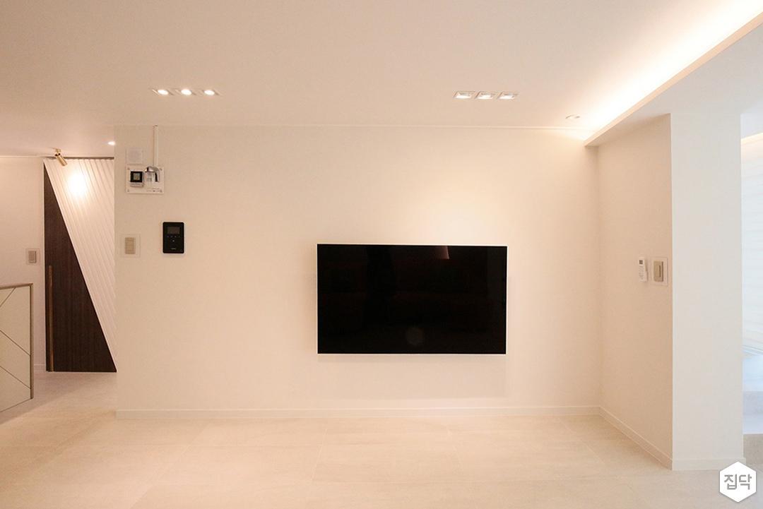 아이보리,화이트,거실,모던,오렌지,간접조명,벽걸이TV