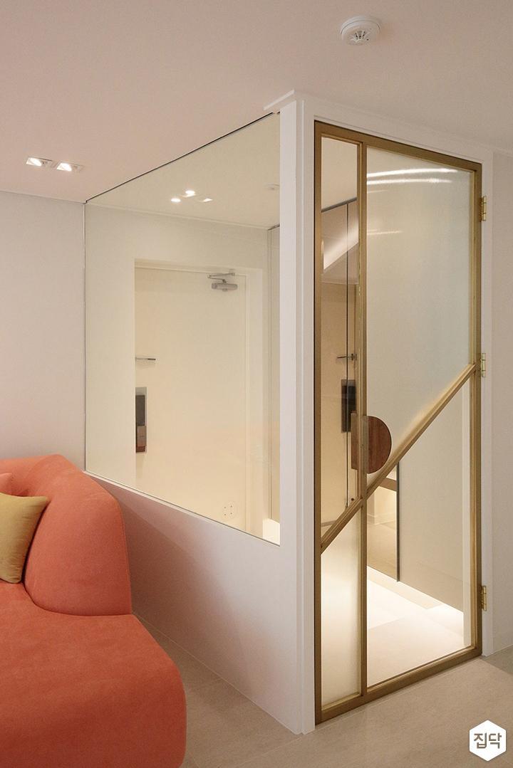 거실,현관,현관파티션,화이트,중문,여닫이도어,골드,다운라이트조명,통유리