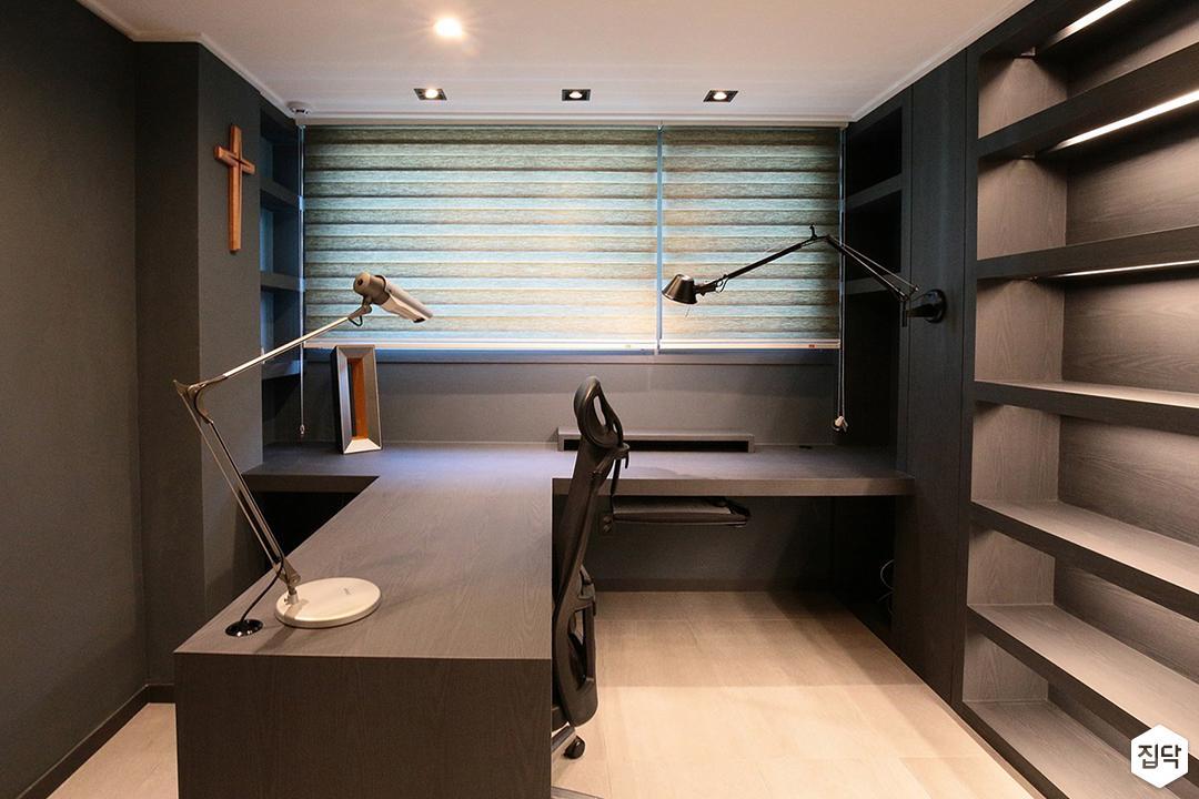 작업실,그레이,다운라이트조명,책상,선반,간접조명,다크그레이,스탠드조명