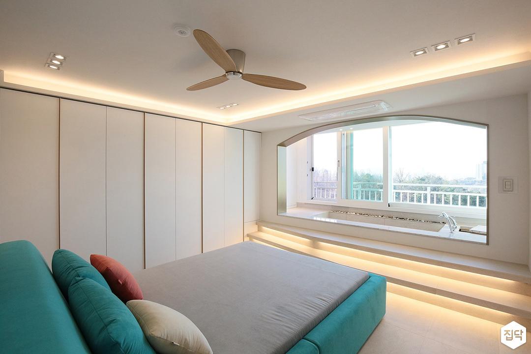 방,화이트,모던,간접조명,실링팬,침대,민트,붙박이장,통유리