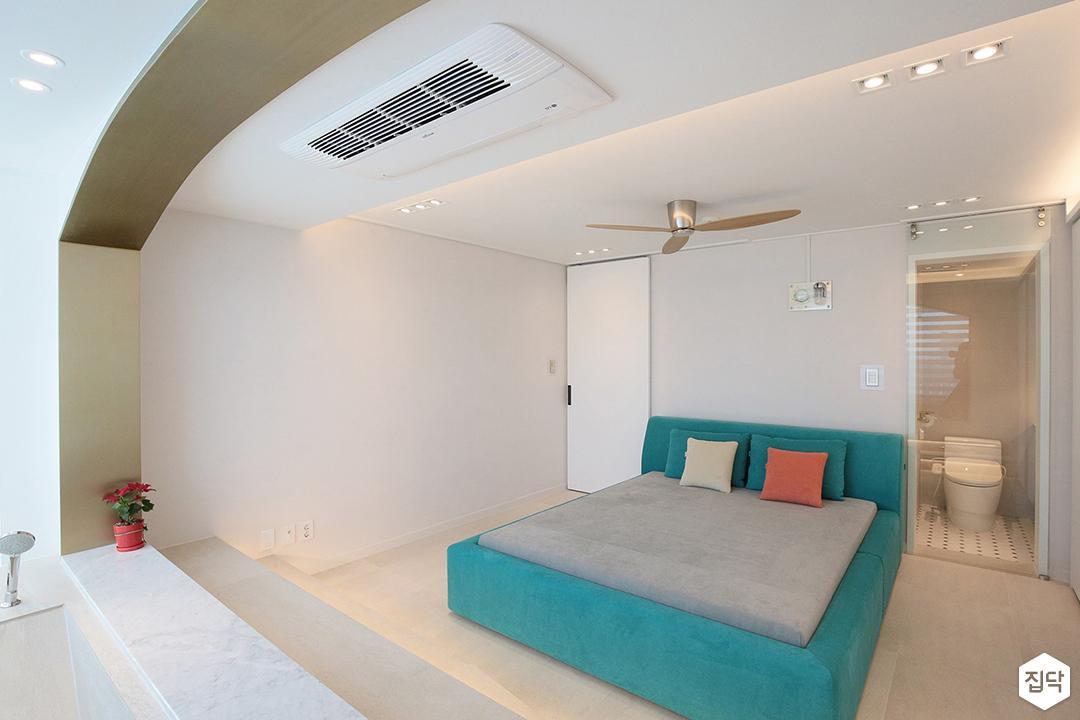 방,화이트,모던,간접조명,붙박이장,블라인드,침대,민트,실링팬,다운라이트조명