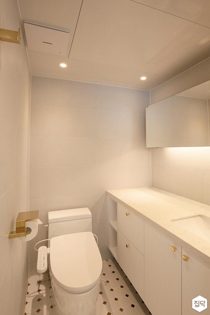 욕실,화이트,골드,모던,럭셔리,다운라이트조명,양변기,수납장,간접조명