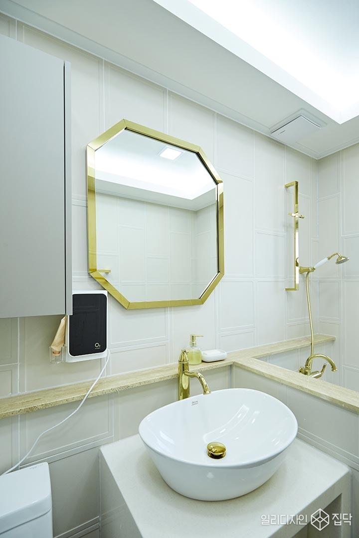 화장실,거울,수전,베이지,골드