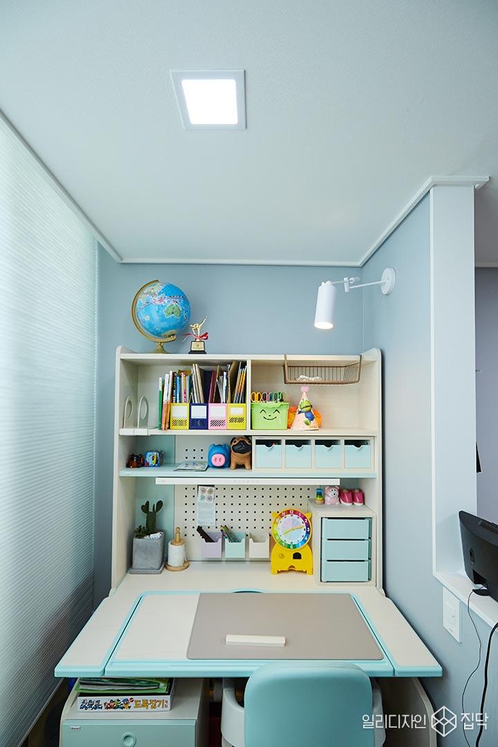 매립등,가벽,책상,수납공간,블라인드