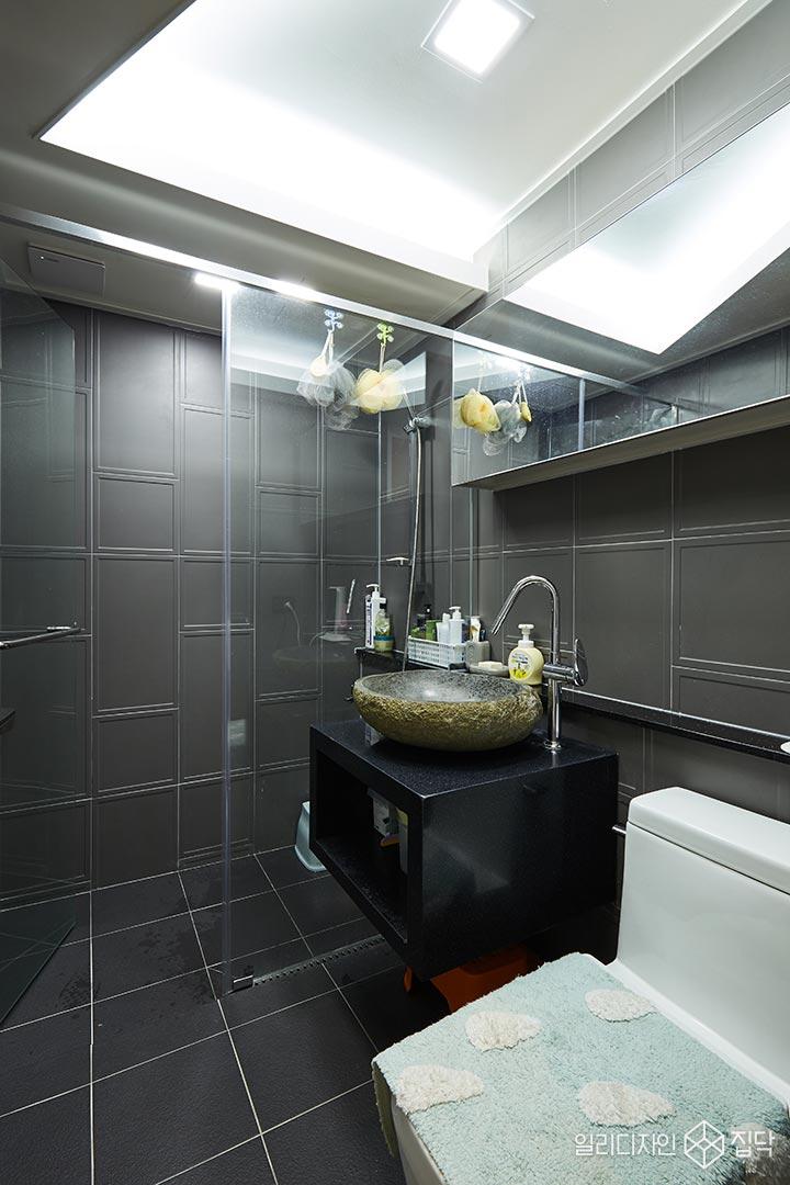 화장실,다크그레이,액자타일,샤워부스,간접조명