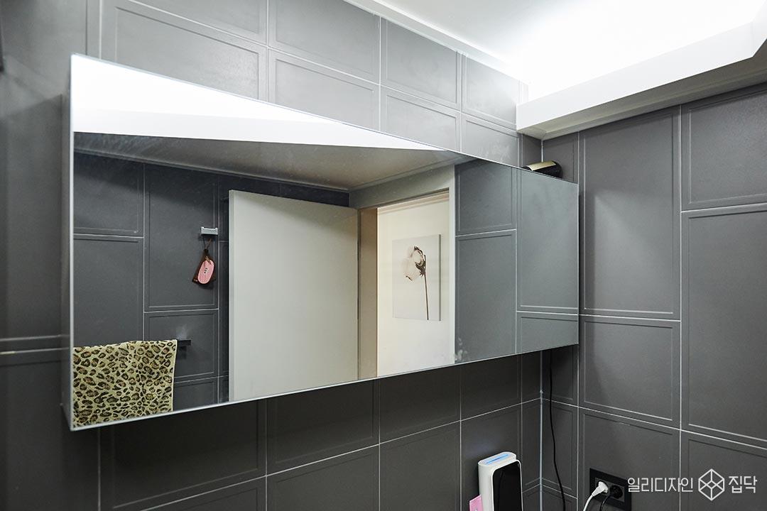 화장실,다크그레이,액자타일,거울,간접조명