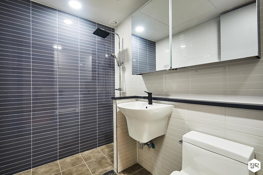 욕실,네이비,모던,젠다이,세면대,슬라이딩거울장,가벽,해바라기샤워기