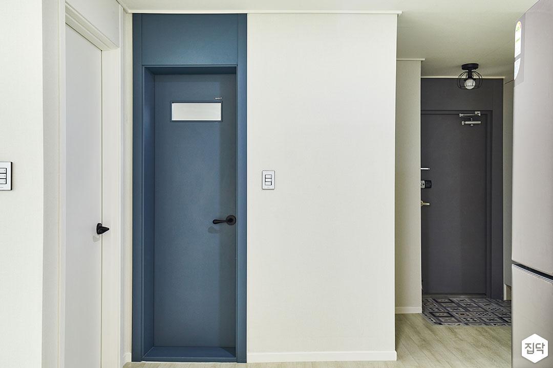 거실,네이비,화이트,모던,욕실문
