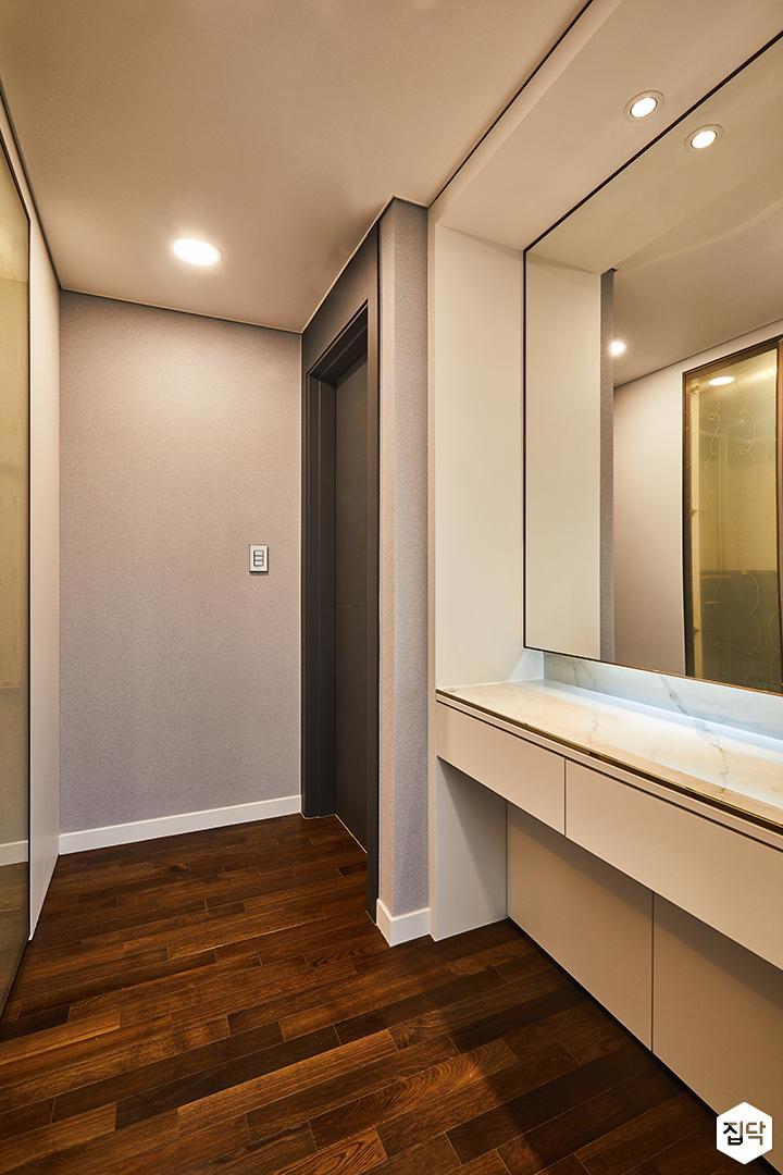 파우더룸,화이트,대리석선반,거울,다운라이트조명,원목마루,다크그레이