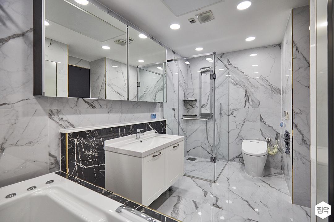 비앙코카라라패턴,화이트,다운라이트조명,거울,젠다이,욕실,샤워부스,양변기,럭셔리