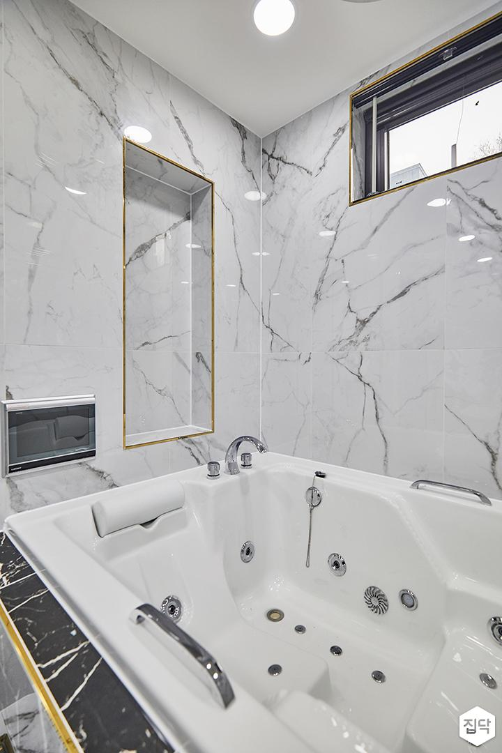 비앙코카라라패턴,화이트,다운라이트조명,거울,욕실,샤워부스,양변기,럭셔리,욕조,매립형선반