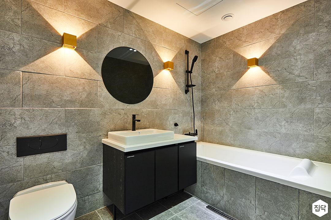 욕실,그레이,모던,세면대,브라켓조명,거울,욕조