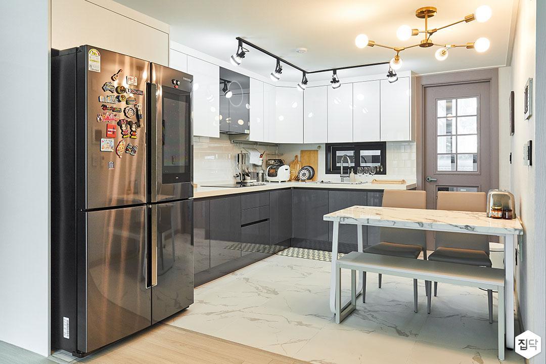 주방,화이트,모던,식탁,펜던트조명,레일스팟조명,ㄱ자싱크대,냉장고장,그레에