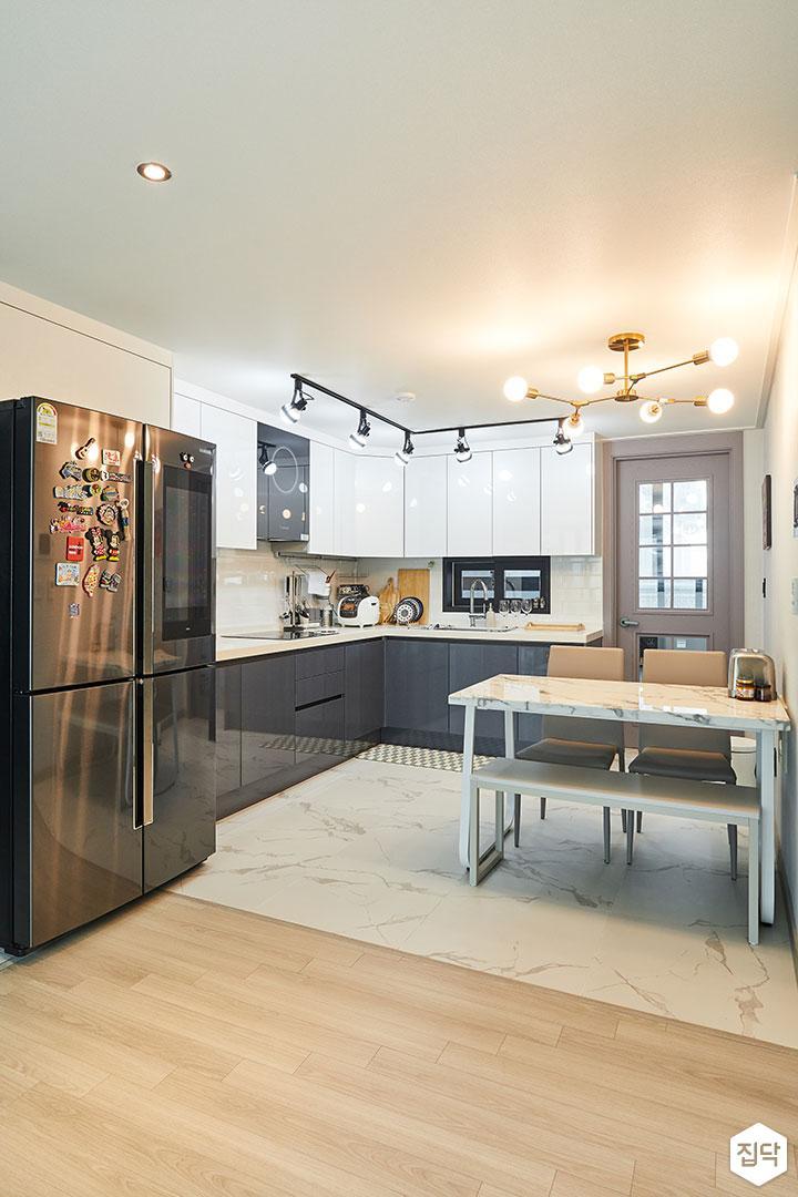 주방,화이트,모던,식탁,펜던트조명,레일스팟조명,ㄱ자싱크대,냉장고장