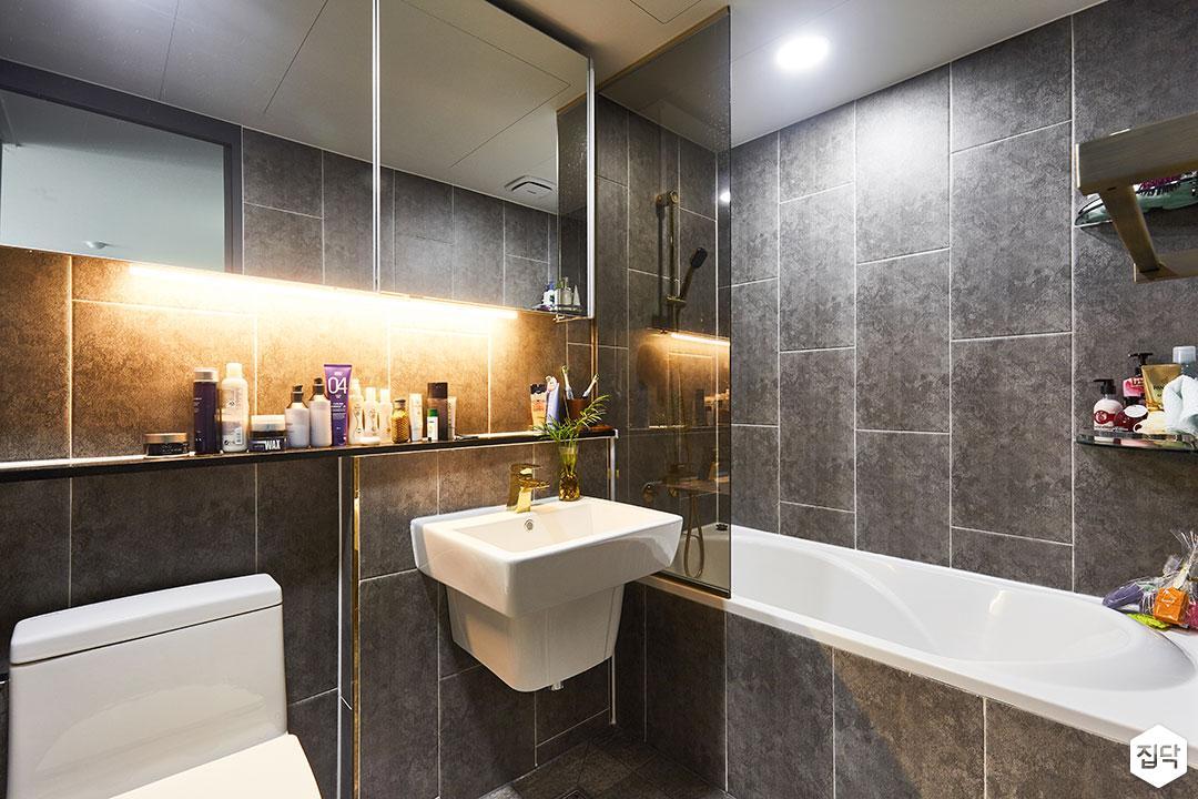 욕실,그레이,다운라이트조명,욕조,간접조명,슬라이딩거울장,젠다이,유리파티션