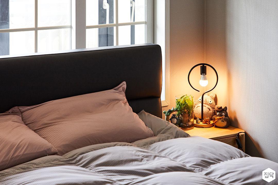 방,그레이,침대,모던,협탁,스탠드조명,벽지
