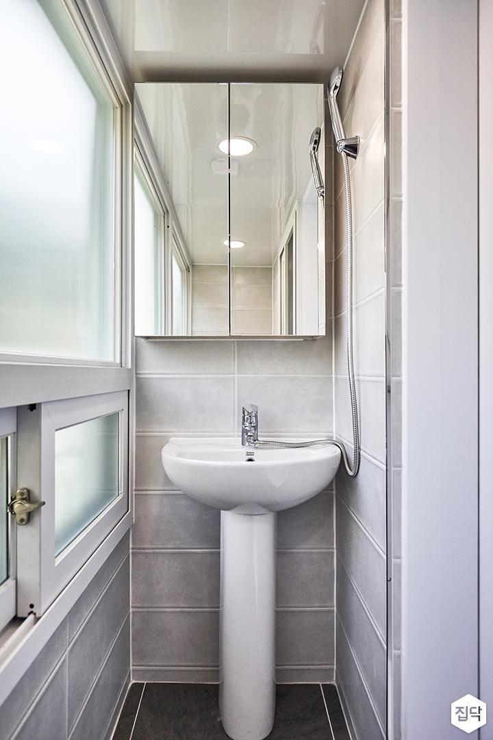 발코니,욕실,세면대,거울장,욕실타일