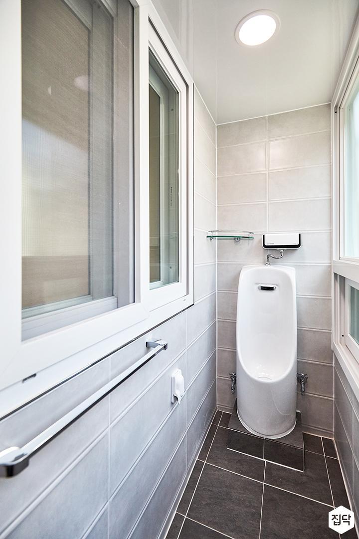 발코니,욕실,세면대,거울장,욕실타일,소변기