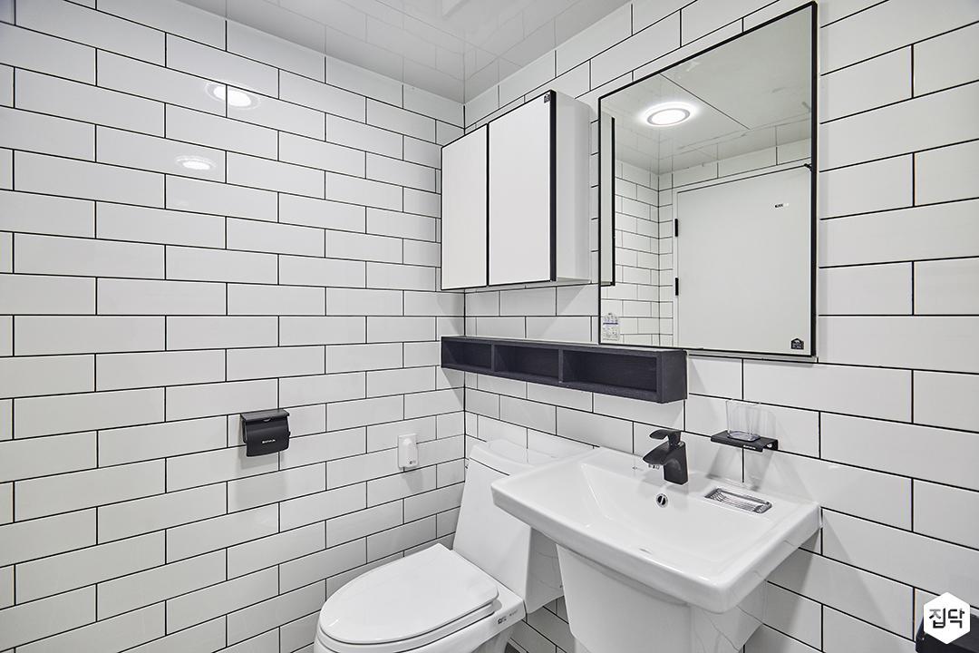 욕실,심플,화이트,서브웨이패턴,세면대,해바라기샤워기,선반