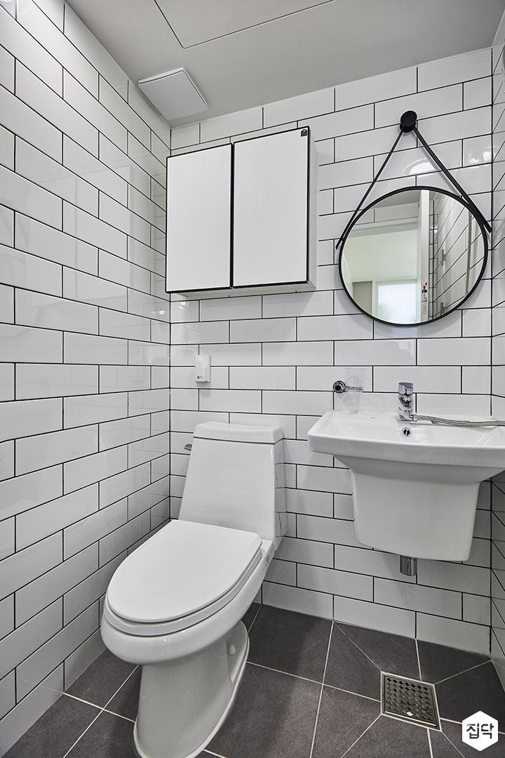 욕실,화이트,심플,서브웨이패턴,수납장,세면대,양변기,스틸스트랩거울