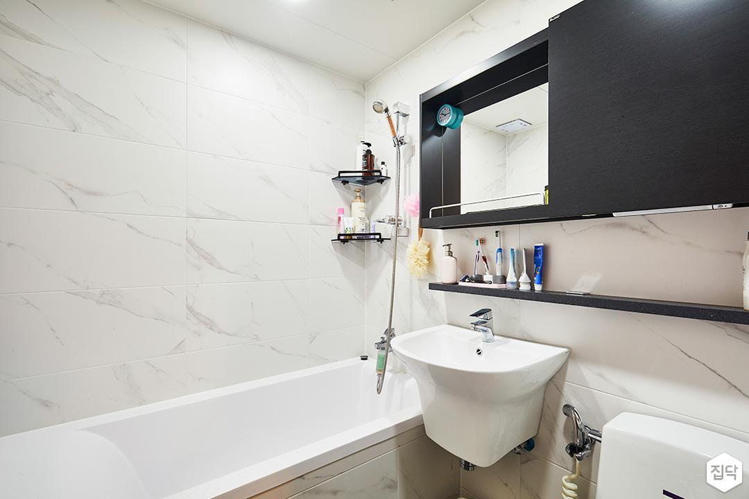 욕실,모던,심플,화이트,블랙,비앙코카라라패턴,슬라이딩거울장,젠다이,양변기,세면대,욕조,코너선반