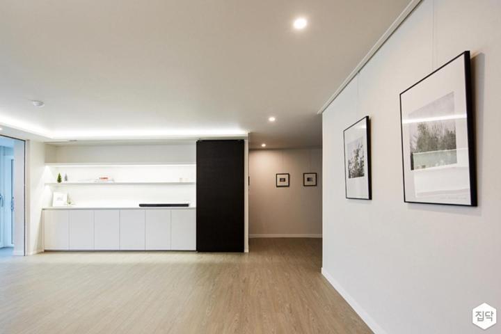 거실,화이트,간접조명,다운라이트조명,강마루