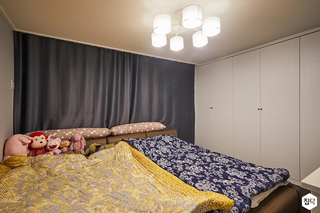 방,침대,암막커튼,붙박이장,화이트,모던