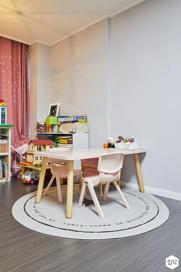방,아이방,책상,강마루,책장