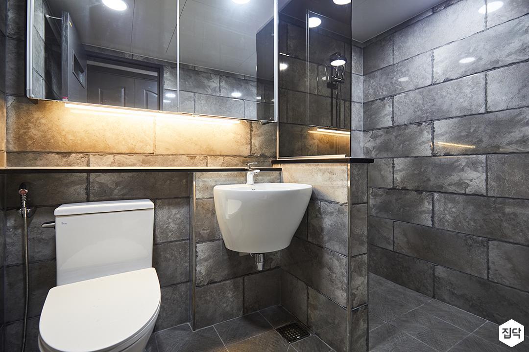 욕실,빈티지,간접조명,다크그레이,세면대,양변기,가벽,젠다이,유리파티션,벽돌장식